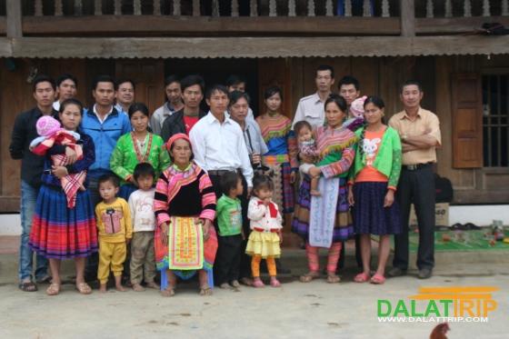 Nhóm tình nguyện từ thiện với bà con buôn làng