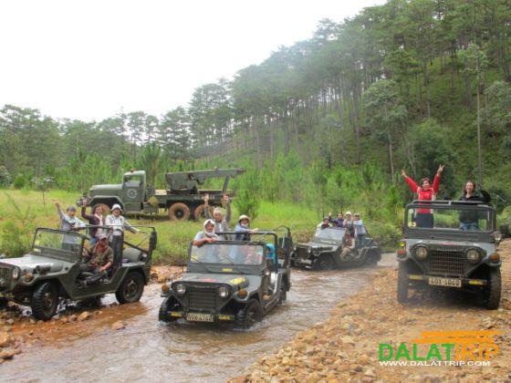 Xe Jeep vào Làng Cù Lần
