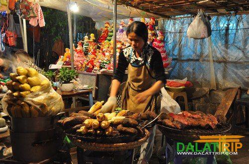 Chợ đêm Đà Lạt nằm ngay giữa trung tâm thành phố, mở cửa từ 18h đến 24h. Trong chợ có bán rất nhiều đồ ăn từ những món no bụng ngồi ăn tại chỗ hay những món quà vặt mang đi như ngô, khoai nướng chỉ với 10.000 đồng.