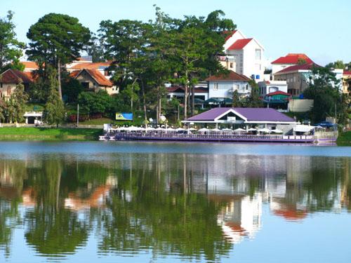 Hồ Xuân Hương là điểm hẹn lý tưởng cho những đôi tình nhân