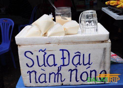 Sữa đậu nành là món đồ uống được bán nhiều nhất tại Đà Lạt. Giá rất hấp dẫn với 5.000 đồng một bịch.