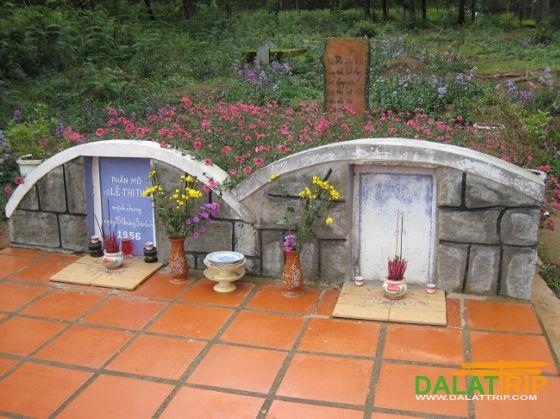Ngôi mộ đôi ở đồi thông