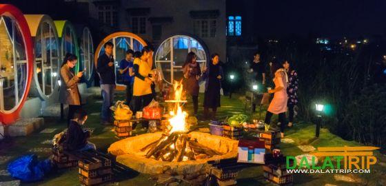 du khách quây quần bên đống lửa đêm lạnh