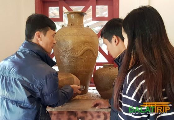 du khách tìm hiểu nét đặc sắc của gốm cổ
