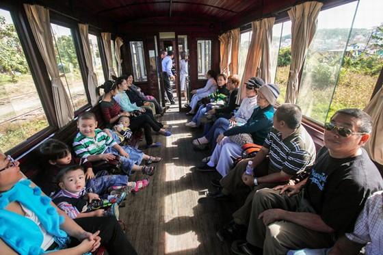 Du khách trên xe lửa cổ Đà Lạt - Trại Mát