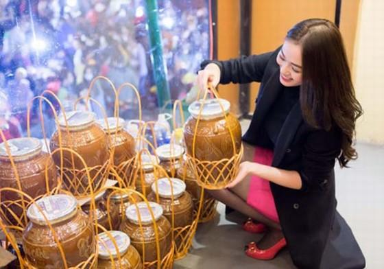 Mua sắm hàng hóa là nhu cầu tự nhiên của du khách, đặc biệt, ai cũng muốn có một món hàng lưu niệm.