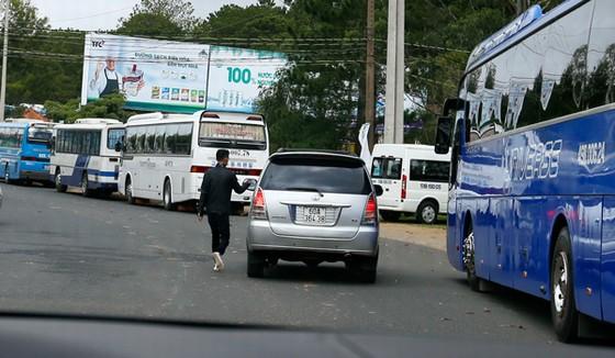 """Sáng ngày 4/7, chúng tôi ghi nhận các """"cò"""" đặc sản vẫn hoạt động, chèo kéo du khách rải rác trên đường Mai Anh Đào và Phù Đổng Thiên Vương. theoBáo Lâm Đồng"""