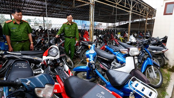 """xe gắn máy của """"cò"""" đặc sản bị Công an TP Đà Lạt đang tạm giữ. theoBáo Lâm Đồng"""