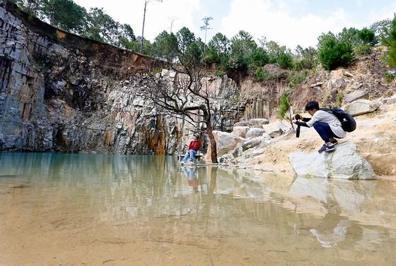 Nhiều người dân đã tự ý làm bè, xích đu dưới hồ để du khách chụp hình