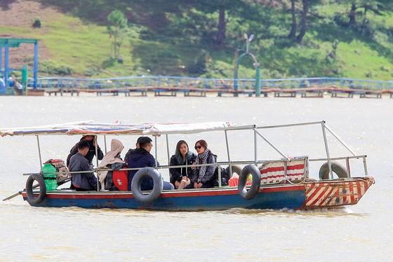 Hầu hết du khách đều không được trang bị áo phao khi đi đò ngang tại hồ Đan Kia - Suối Vàng
