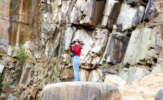 Có nhiều biển cấm leo lên các mỏm đá cao tại hồ đá, nhưng du khách vẫn say sưa leo lên đứng chụp hình