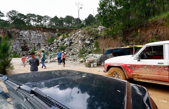 ô tô loại gầm cao đang làm dịch vụ chở khách vào hồ đá