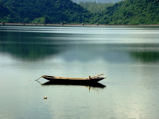 A boat on Yen Quang lake