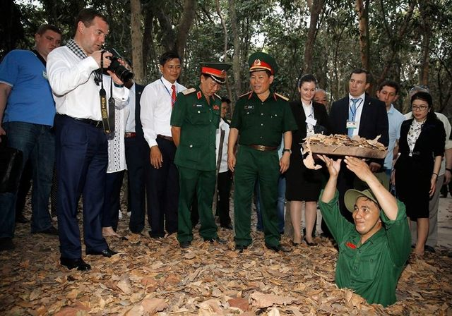 Russian Prime Minister recorded beautiful moments in the Cu Chi Tunnels
