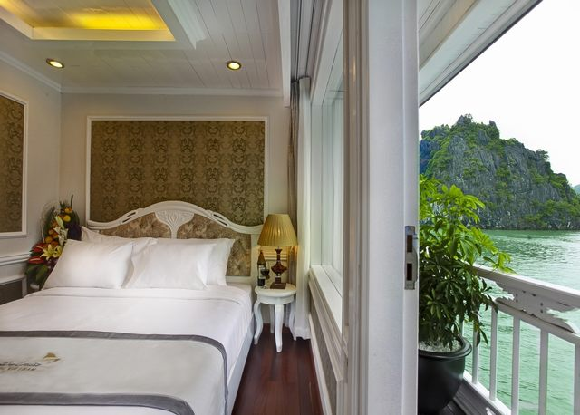 The double bed room of Signature Halong Cruises