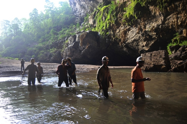 When going into the remote rainforest Ke Bang, you'll wade through streams Rao Thuong for 3rd largest cave in the world. En cave