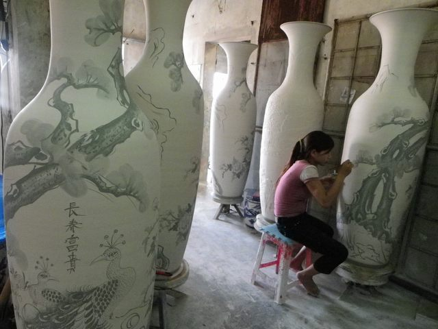 ceramic painting process in Bat Trang