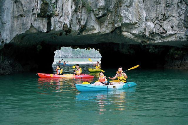 kayak at halong-bay