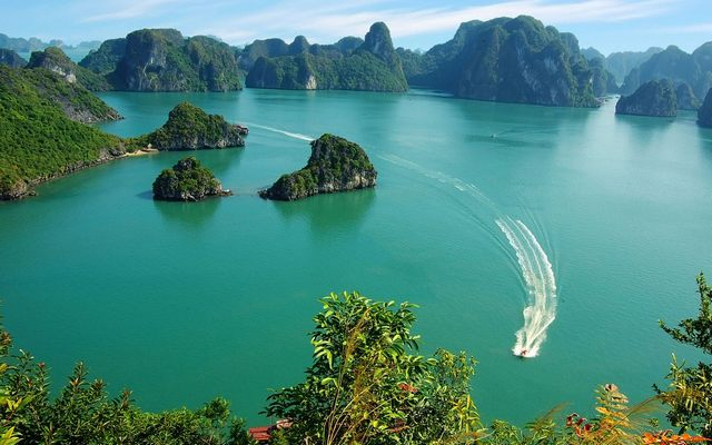 Experiences of travelling to Ha Long Bay, Vietnam