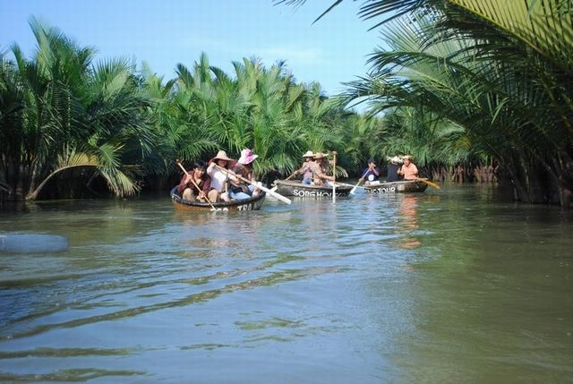 Rowing basket weaving through canals in the Bay Mau coconut forest - photo Eco tour