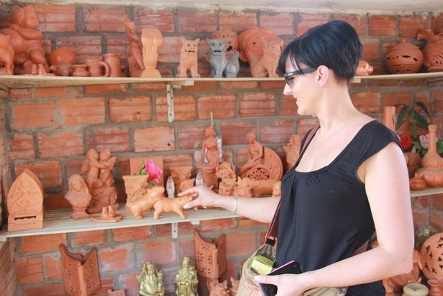 The lovely terracotta products in Thanh Ha village