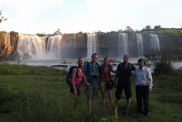 tourists with Dray Nur waterfall