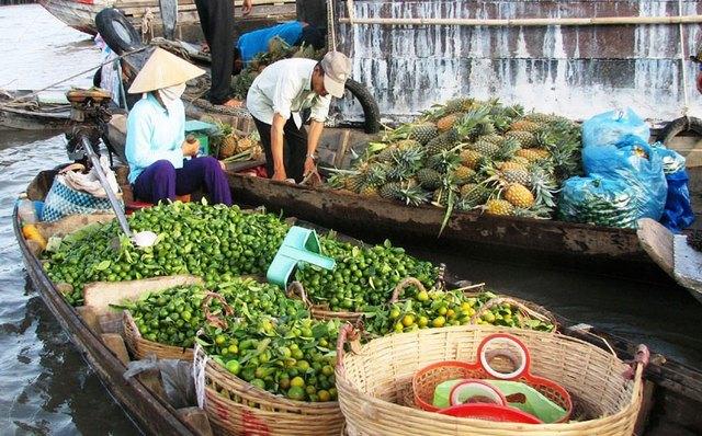 Fruits sales in Nga Nam floating market