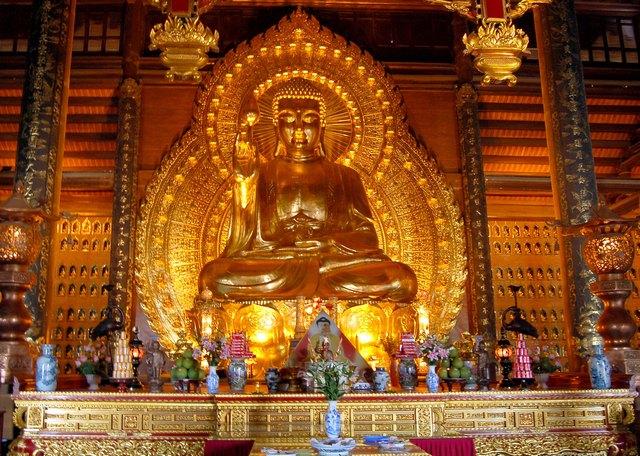 Бронзовые Будды, крупнейший в Азии