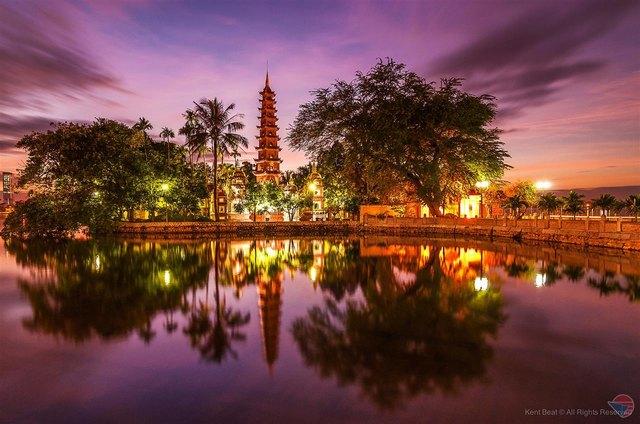 Tran Quoc pagoda at night