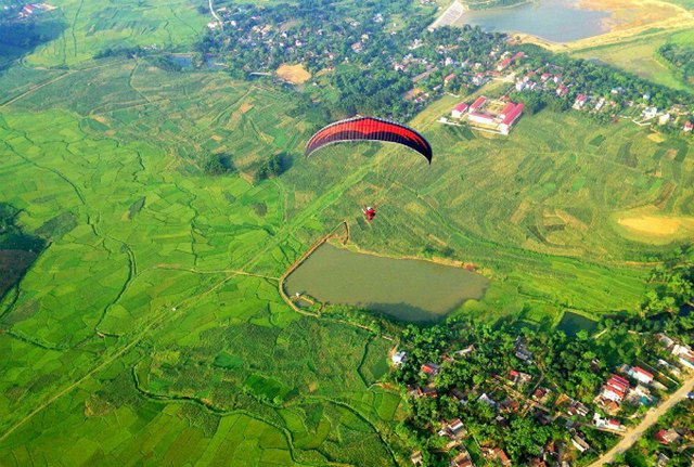paragliding in Vien Nam mountain