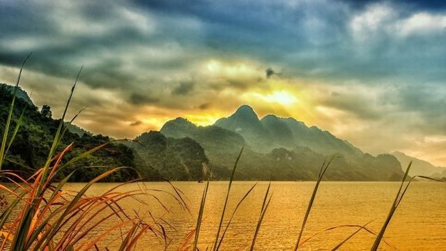 Hoa Binh lake - ทุ่งนาย