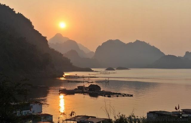 พระอาทิตย์ตกของ Hoa Binh ทะเลสาบ