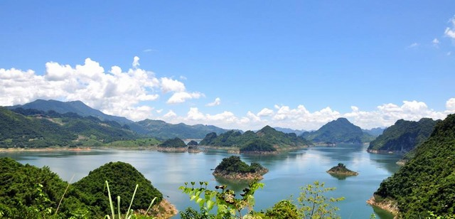 the view of Hoa Binh Lake