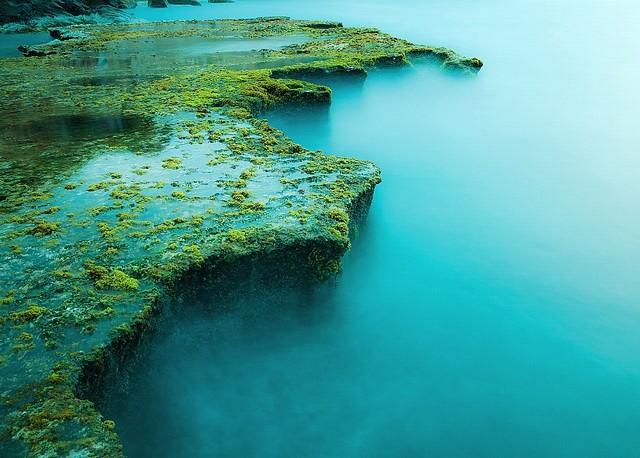 Каждый сезон, Rai пещера имеет свой собственный рок цвета, но вода по-прежнему синяя