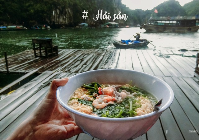 наслаждаясь лапшу с морепродуктами
