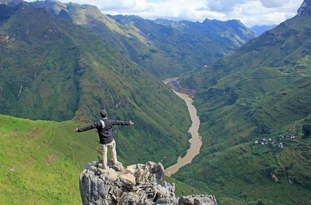 the cliff at Ma Pi Leng Pass