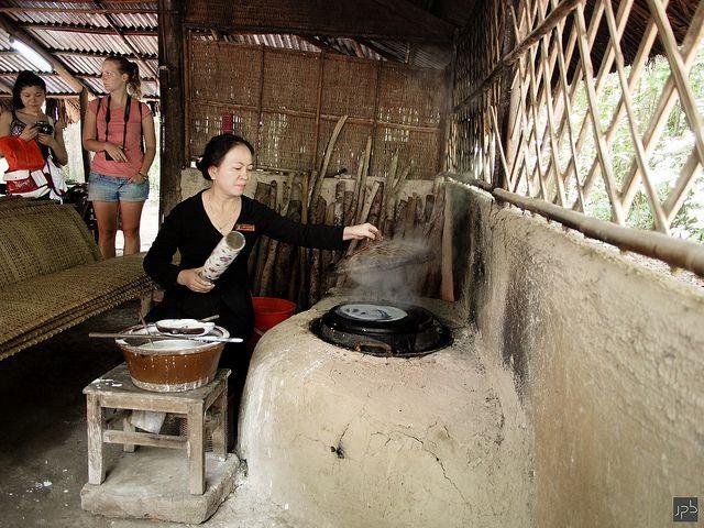 Le Hoang Cam sans fumée dans la cuisine tunnels de Cu Chi
