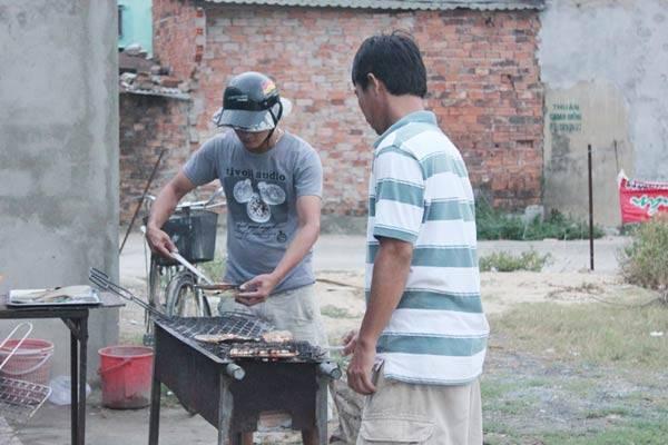 客人可以去厨房帮忙烹饪厨师