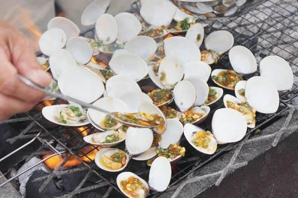 หอยย่างกับหัวหอมและน้ำมันปรุงอาหาร