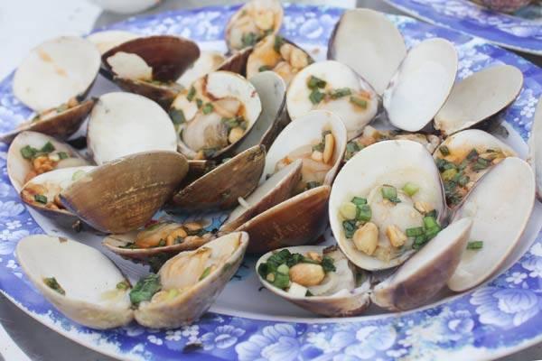 烤蛤蜊的两个板块是唯一 90,000 VND