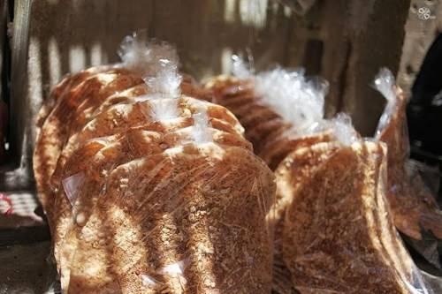 Ke gâteaux de riz de ceinture sont emballés dans des sacs en plastique comme un cadeau favori des visiteurs lors de la visite de Bac Giang