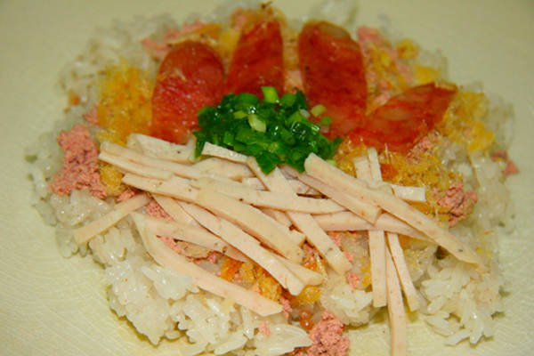 Salty steamed sticky rice with rich ingredients is always a favorite dish of many people