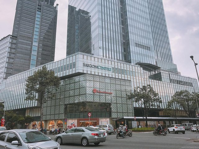 Takashimaya is a new commercial center but still very popular  @kbeedeng