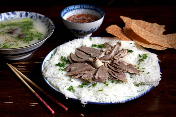 Fine rice vermicelli and pig's tripes porridge