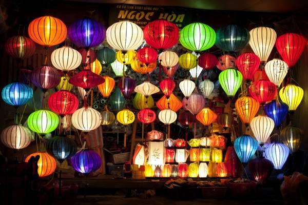 Les touristes achètent souvent de belles lanternes comme des cadeaux