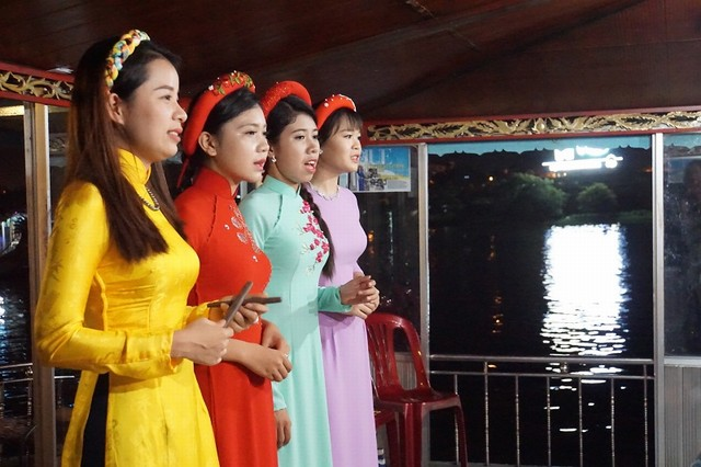 Enjoy Hue traditional music on the Perfume River