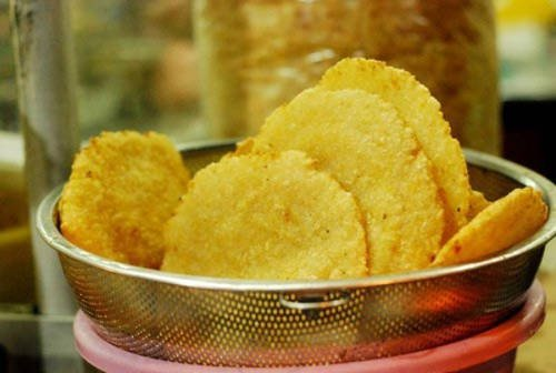 There are two addresses sold fried sticky rice in Hanoi are the shop at No. 415 De La Thanh Street and the shop at No. 2 Hang Dieu Street