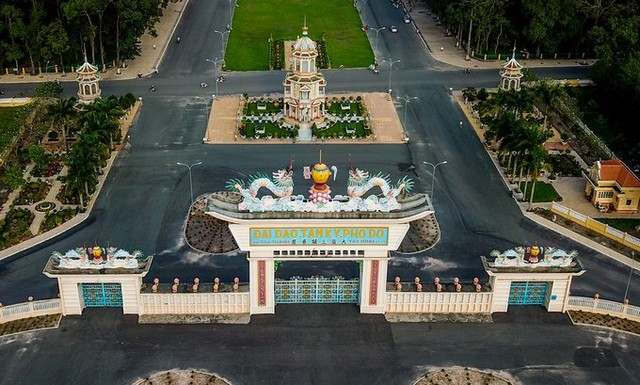 The entrance of Cao Dai temple has 12 gates