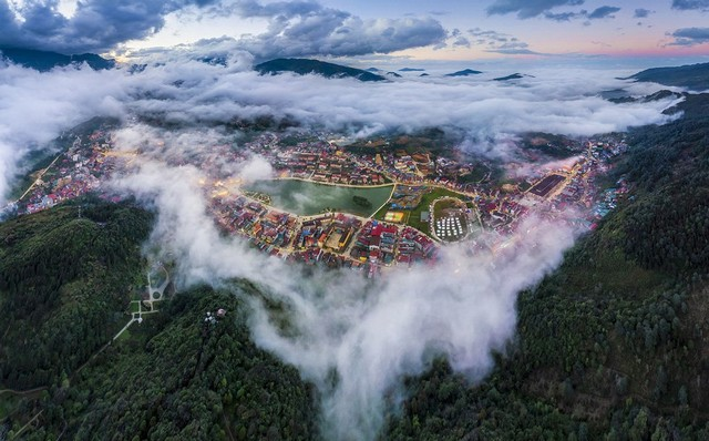 Clouds hovering over Sa Pa town as beautiful as European city when viewed from above - Photo THANH TOAN
