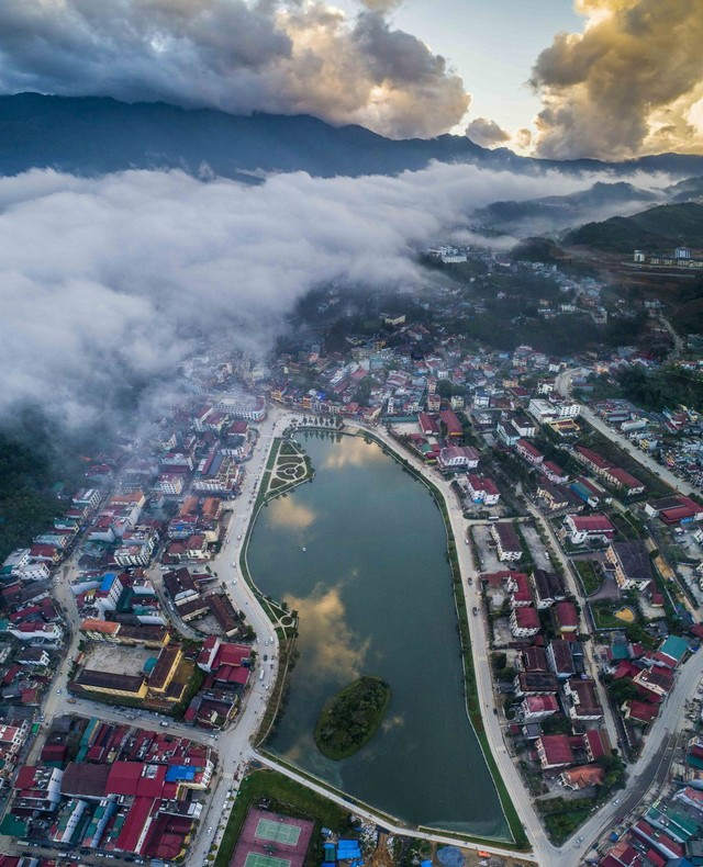 Clouds hovering over the lake in the center of Sa Pa town at sunset - Photo THANH TOAN